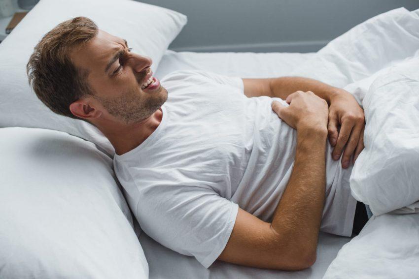 Uomo che soffre per patologia morbo di chron